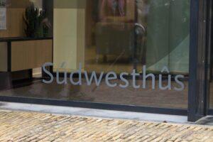 Naam Súdwesthús op de gevel van het gemeentehuis