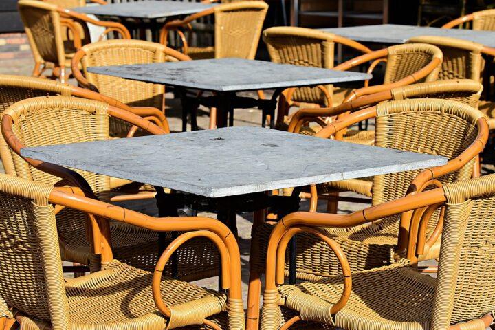 terras met rieten stoelen